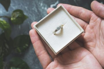 婚約指輪を渡す